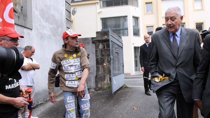 Le PDG Charles Doux est la cible de jets d'oeufs par les employés du groupe à son arrivée au tribunal administratif de Quimper, le 5 septembre 2012.