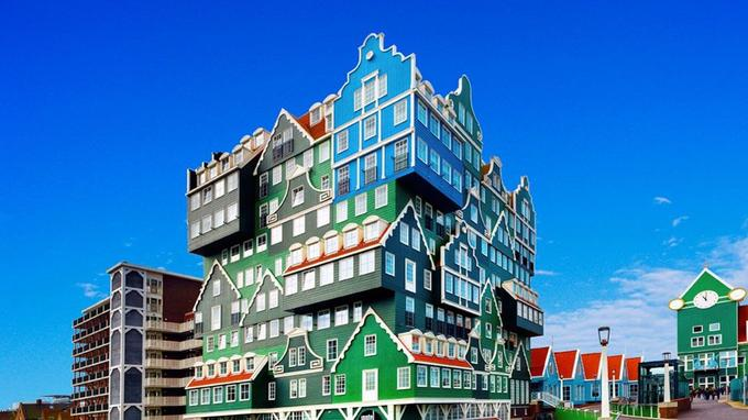 La façade de l'hôtel rappelle celle des maisons typiques de Zaanstad.