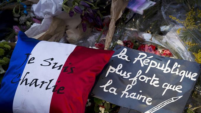 Après l'attaque de <i>Charlie Hebdo</i>, plusieurs millions de personnes se rassemblent dans toutes les villes de France le 11 janvier pour protester contre le terrorisme.