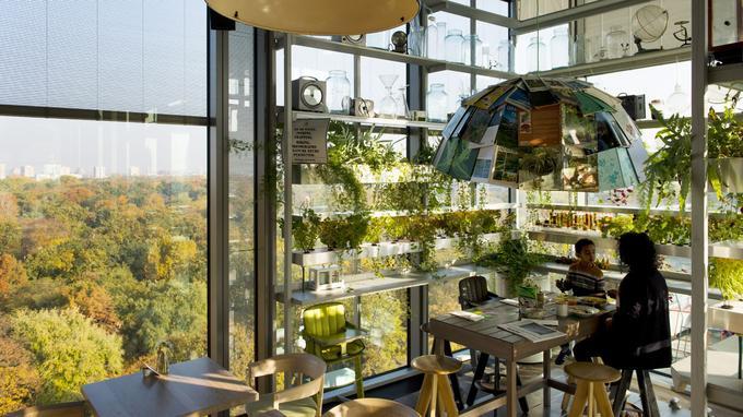 Petit déjeuner dans la serre du restaurant Neni qui surplombe le Tiergarten, le poumon vert de Berlin.