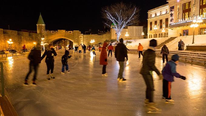 En ville, on fabrique la glace et on l'entretient sur les places publiques transformées en patinoire, comme ici devant le Palais Montcalm à Québec.