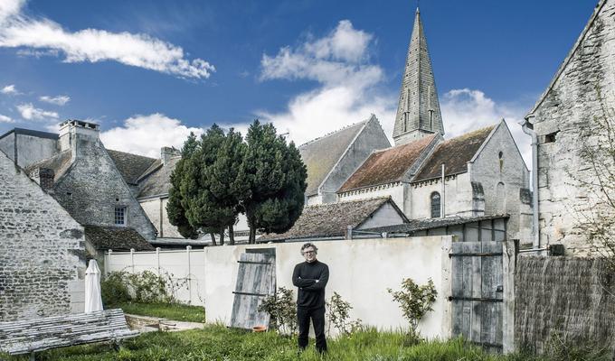 Michel Onfray devant l'église de Chambois, dans l'Orne, berceau de sa famille.