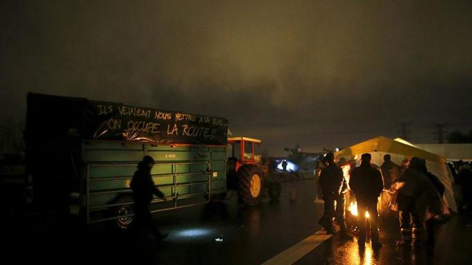 La nuit tombée et malgré la pluie, les manifestants ont allumé des braseros sur le périphérique et monté des tentes pour y passer la nuit.
