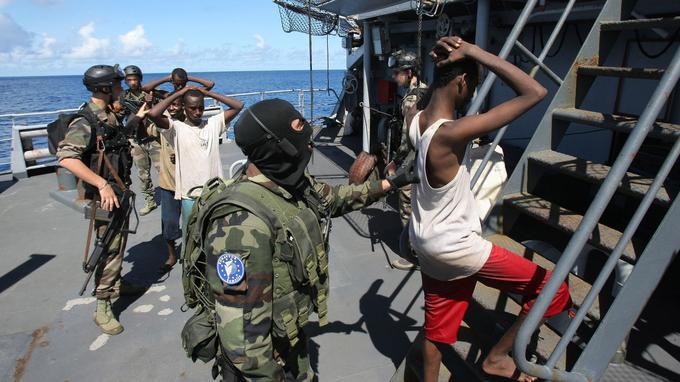 L'armée française est engagée dans l'opération Atalante depuis 2008. Déployés au large de la Somalie, 350 militaires patrouillent dans le golfe d'Aden pour fournir une protection aux navires. En effet, cette zone est connue pour des actes de piraterie et de vols à main armée au large des côtes somaliennes.