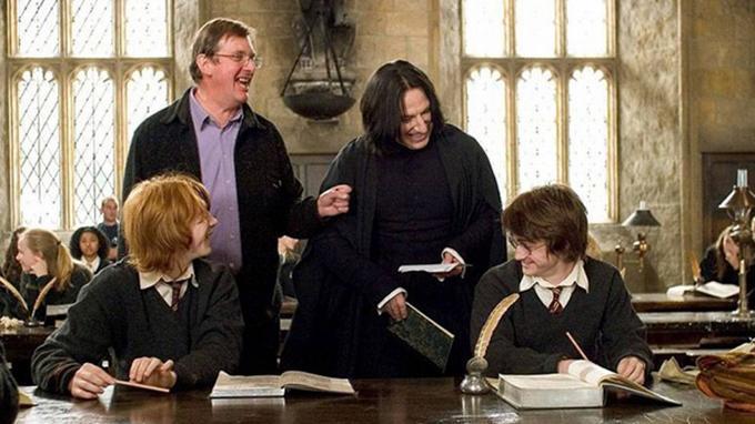 Sur le tournage de <i>Harry Potter et la Coupe de feu</i>, Alan Rickman et Daniel Radcliffe partagent un grand moment de complicité.