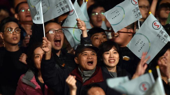 Scène de joie dans les rangs du DPP, après l'annonce des résultats, samedi soir à Taipei.
