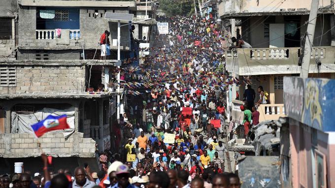 Les manifestants sont venus des quartiers pauvres de Port-au-Prince, lundi.