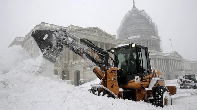 Un tractopelle déneige devant le Capitole. Dans la nuit de vendredi à samedi près de 60cm de neige se sont accumulés.