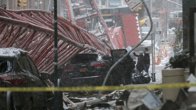 Image spectaculaire en plein coeur de Manhattan où une grue s'est effondrée ce vendredi matin, causant un décès et blessant deux personnes sévèrement.