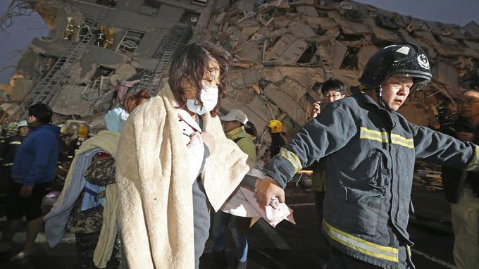 Plus de 200 habitants de l'immeuble avaient été secourus en fin de matinée, dont 40 ont été hospitalisés.