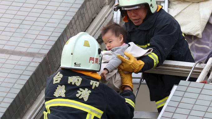 De nombreux enfants ont été sortis des débris de l'immeuble.