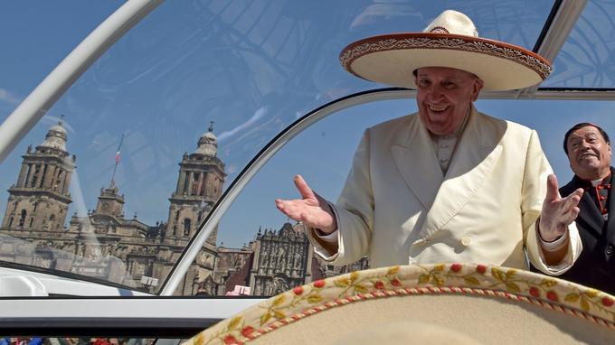 Le Pape François porte un chapeau Mariachi qui lui a été donné par un fidèle dans la foule sur la place du Zocalo, à Mexico, le 13 février 2016.