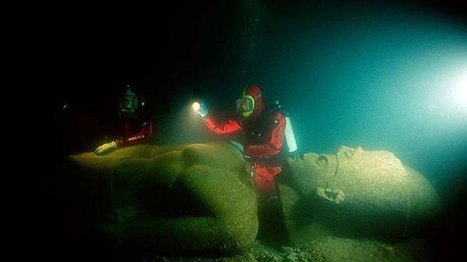 Des dizaines de bateaux, des statues monumentales et des stèles de plusieurs mètres ont été retrouvées.