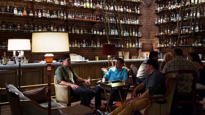 Multnomah Whiskey Library, ici, les amateurs dégustent leur single malt dans les canapés en cuir de ce magnifique bar décoré d'une myriade de bouteilles de whisky.