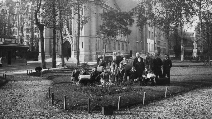 Les Apprentis à la fondation d'Auteuil avec le père Brottier (1874-1936), l'un des successeurs de l'abbé Roussel.
