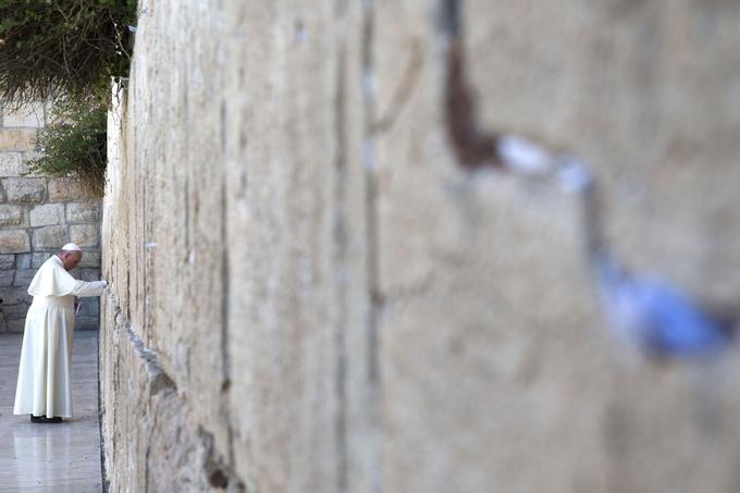Le pape François priant devant le mur des Lamentations.