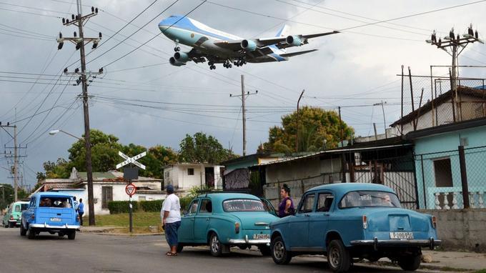 L'avion présidentiel Air Force One s'est posé dimanche, en fin d'après-midi, à La Havane sur l'aéroport Jose Marti, du nom du père de l'indépendance de cette ancienne colonie espagnole.