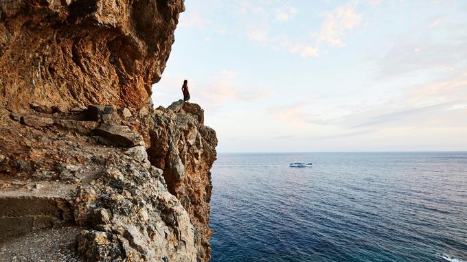 Côté sud, face à la mer de Libye, la Crète se fait parfois abrupte et sauvage. Non loin du village de Chora Skalfion, un sentier aérien sculpté dans la falaise mène à la plage de Clyka Nera, («les eaux douces») en grec.