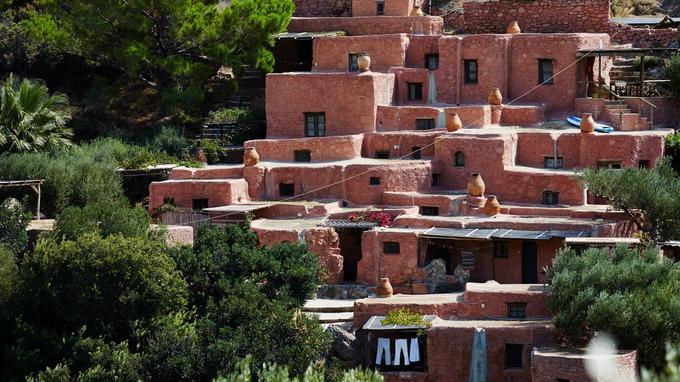 Toutes en terre et pierre, les petites maisons d'Aspros Potamos s'emboîtent les unes dans les autres comme des maisons de poupées. Ici, on oublie smartphones et tablettes pour renouer avec les plaisirs d'une vie simple, proche de la nature.