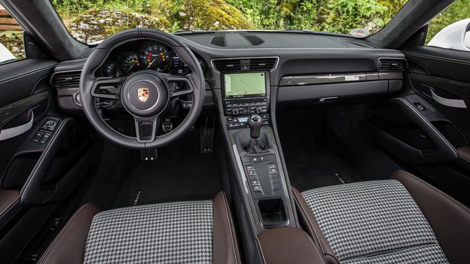 Le motif pied-de-poule des sièges renvoie à la sellerie des 911 du début des années 1970.
