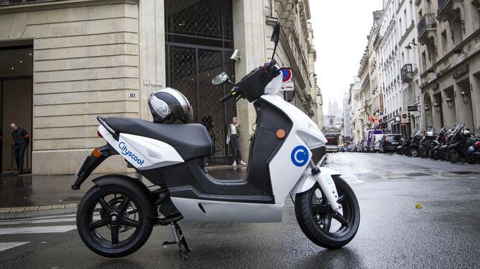 Le Cityscoot devant l'entrée du Figaro. Prêt à grimper les pentes de Montmartre.