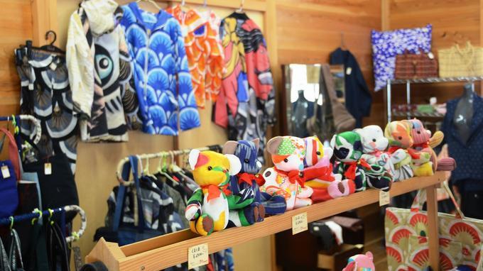 Le magasin Kurukuru, adjacent au site de collecte, donne des meubles, vêtements, ustensiles de cuisine et autres objets de seconde main apportés par les locaux.