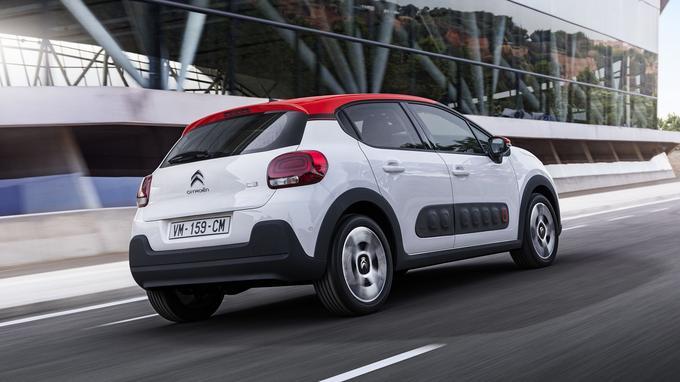 L'arrière évoque à la fois la cousine Peugeot 208 et la DS3.