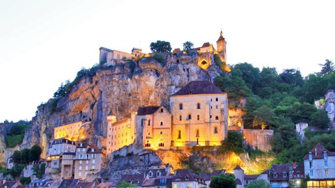 Le village de Rocamadour à la nuit tombée.