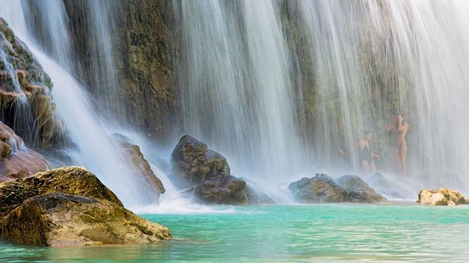 La chute d'eau de Lapopu se déverse dans une eau turquoise.