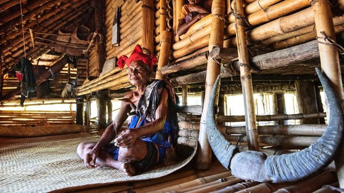 Patty Widu, chef du village de Sodan, est le gardien de la religion Marapu. Les cornes de buffles et les ikats, parmi les plus beaux tissages d'Indonésie, sont les deux richesses de l'île.