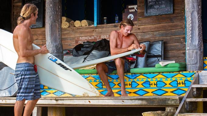 Le boat house du Nihiwatu, QG des surfeurs: ici les adeptes de surf partagent leur passion.