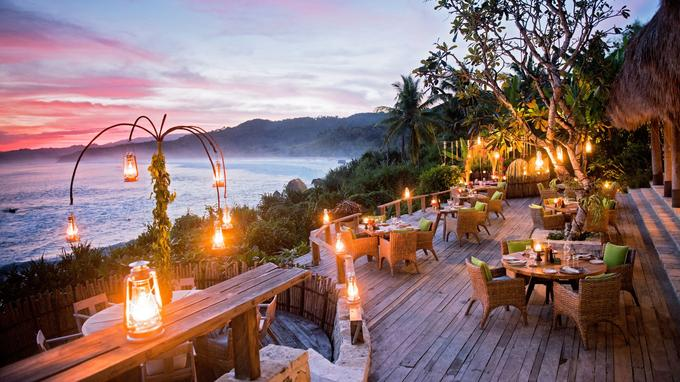 Ombak, le restaurant du Nihiwatu domine les embruns de l'océan Indien.