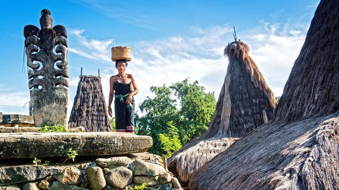 Malgré l'évangélisation protestante de l'île, ses habitants gardent vivante la religion Marapu ou culte des ancêtres. Les mégalithes de Welyuli honorent ses morts.