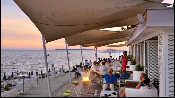 Sur la promenade de Cikat, à côté des plages, la terrasse du Borik est très fréquentée par les estivants, entre deux bains de soleil.
