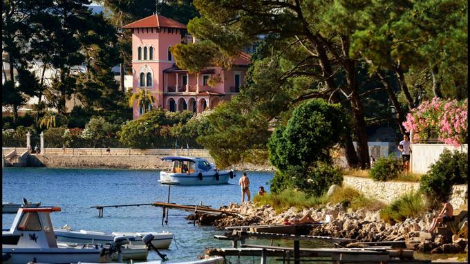 A Losinj, la baie de Cikat, dotée d'une superbe pinède, abrite les villas construites pour l'aristocratie viennoise juste avant la Grande Guerre.