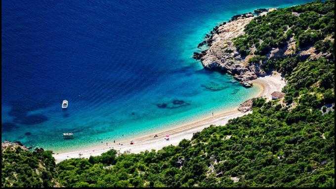 Cres, île-soeur de Losinj, est plus sauvage, plus vaste et moins peuplée. Ici, une plage paradisiaque située au-dessous du hameau de Lubenice.