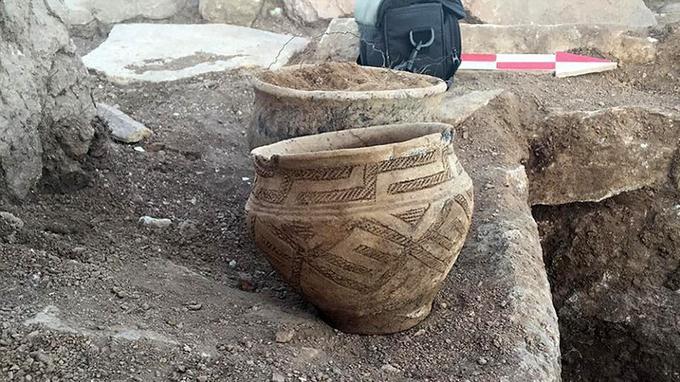 Plusieurs poteries accompagnant les tombes ont été exhumées.