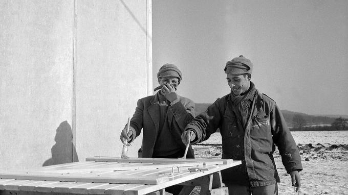 D'anciens harkis achèvent l'installation d'un des camps d'accueil à Vanvey en Côte-d'Or le 7 fevrier 1963.