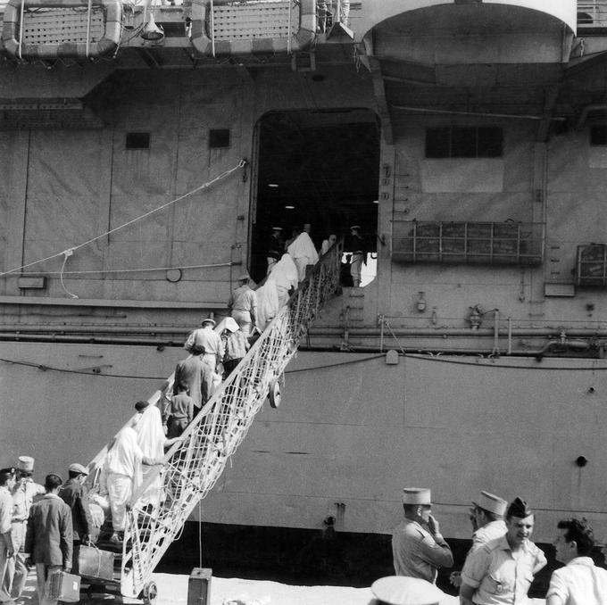 Des harkis quittant l'Algerie pour eviter les represailles du FLN en juin-juillet 1962.