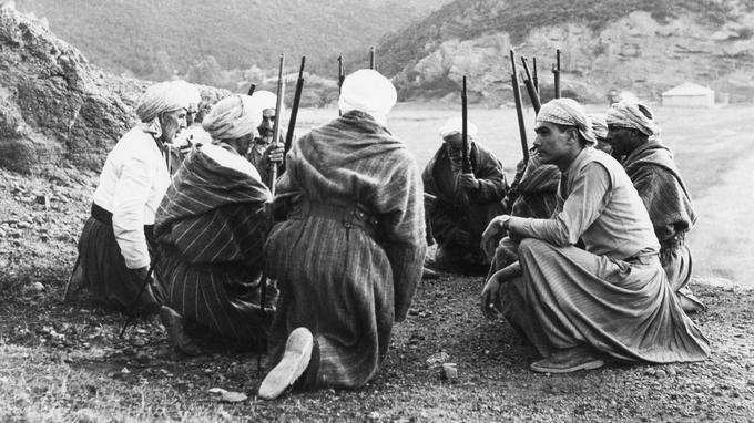 Des harkis ici en habits traditionnels en 1955.
