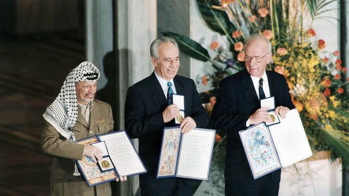 Yasser Arafat, leader palestinien en compagnie des israeliens Shimon Peres et Yithzak Rabin, recevant le prix nobel de la paix à Oslo en Norvège le 14 octobre 1994.