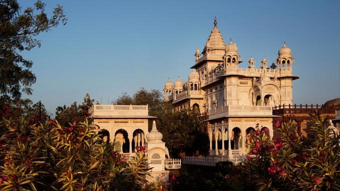 Dans les jardins du temple de marbre blanc Jaswant Thada, à Jodhpur, les promeneurs trouvent un peu de fraîcheur.