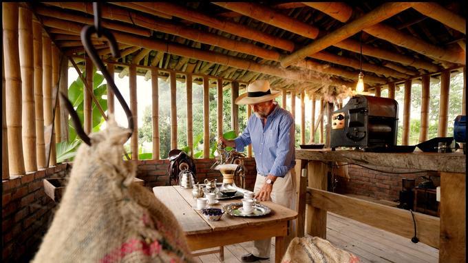 Roberto, de la Finca Villa Nora, initie ses hôtes à l'art de vivre des «cafeteros».