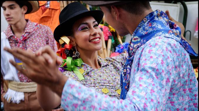 Démonstrations de danses folkloriques à la Feria de Manizales. Les jeunes perpétuent la mémoire des fêtes populaires ancestrales.