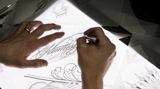 Scott Campbell a appris le métier de tatoueur à San Francisco, notamment dans l'arrière-boutique d'un garage de moto.