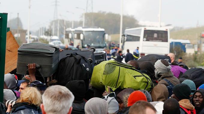 Avant même l'ouverture des grilles, de nombreux autocars s'étaient garés derrière le «sas» séparant la foule de la gare routière tandis qu'une dizaine de véhicules de pompiers entrait dans l'enceinte.