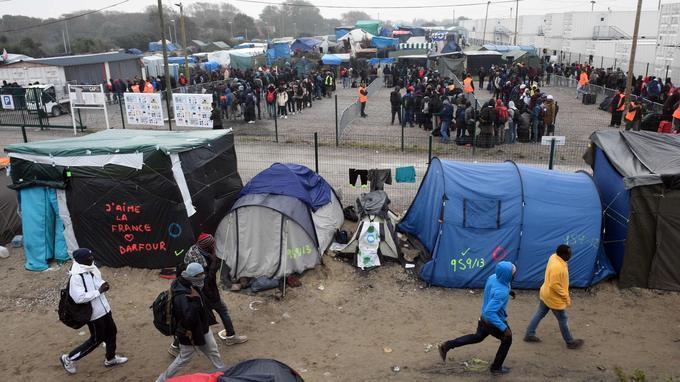 Vers 11 heures, la file d'attente faisait 200 m de long. Soit «1500 personnes» selon le président de France Terre d'asile, Pierre Henry. «C'est conforme à ce qu'on pensait, il y a beaucoup de monde», a-t-il précisé.