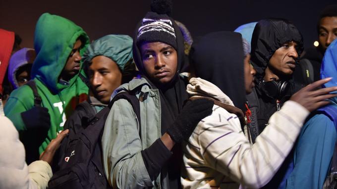 Dès l'aube, ceux qui souhaitaient quitter le campement s'étaient regroupés à proximité de la voie d'accès aux autocars.