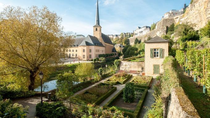 L'histoire de la ville de Luxembourg, commence dans la ville haute avec les fortifications de Vauban. Ici,dans la ville basse la végétation s'en donne à cœur joie et tout invite à la quiétude et à la beauté.