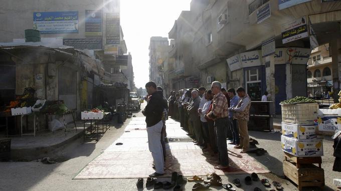Dictature religieuse oblige, la prière est obligatoire. Les commerçants doivent fermer leur boutique.